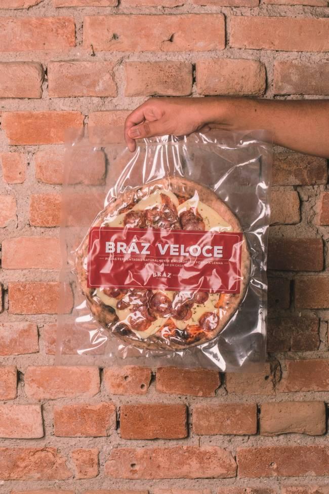 A imagem mostra uma pizza embalada a vácuo