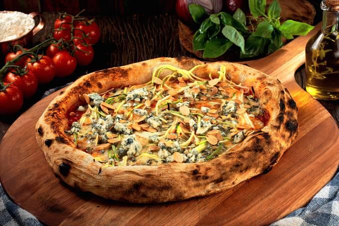 Foto Artesanos Bakery_Pizza Zucchini_molho de tomate, mussarela, abobrinha em tiras finas, gorgonzola e amêndoas laminadas_Crédito Gabriel Ávilla