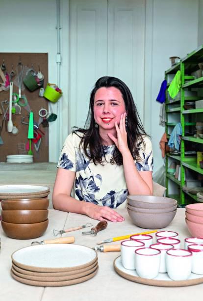 A ceramista Joana Toledo em seu ateliê em Botafogo