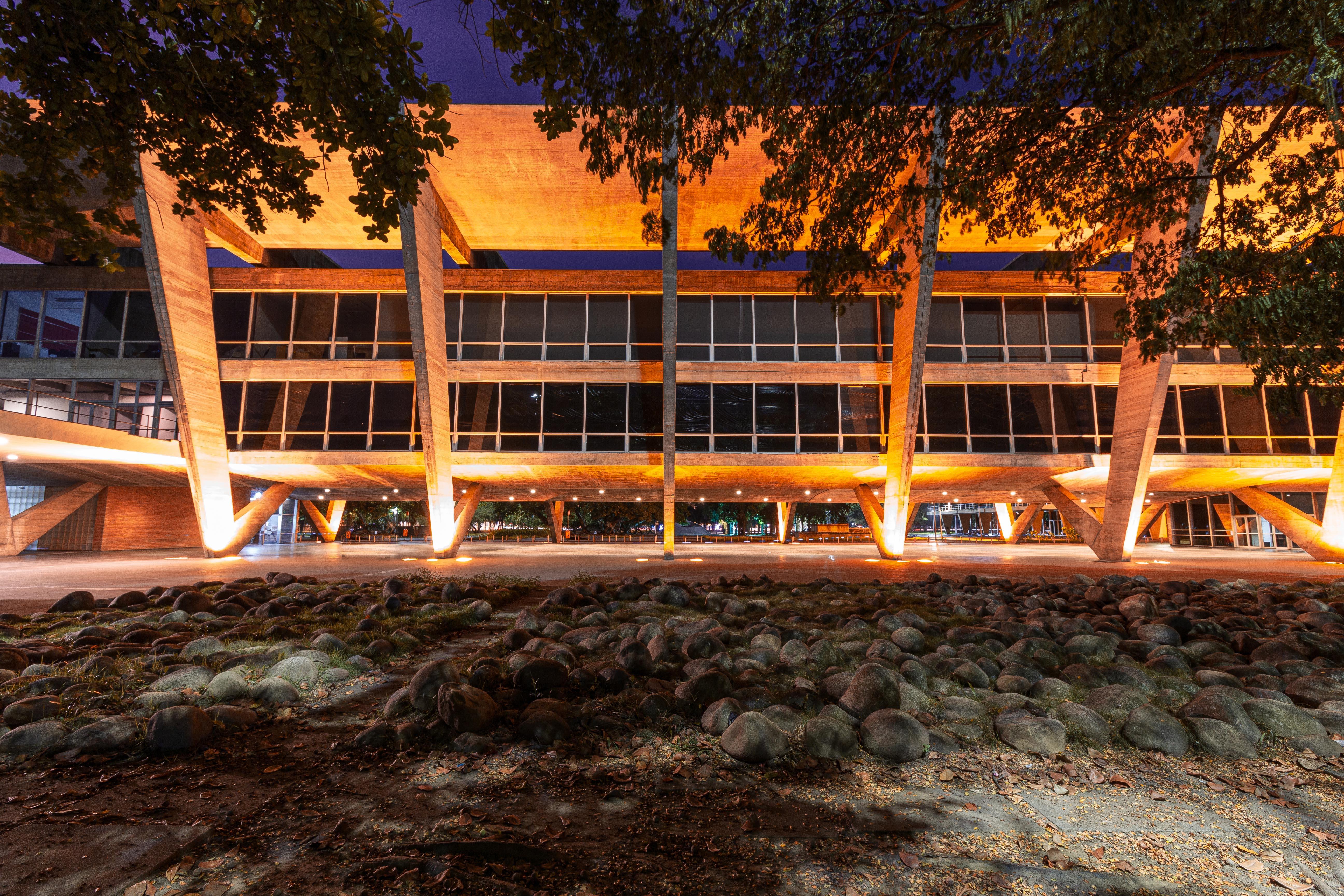 fachada do MAM Rio, à noite, bem iluminada