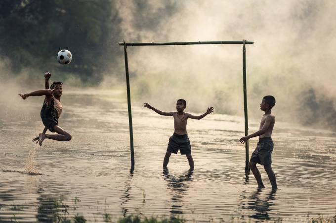 Meninos brincando de bola 2 (Pixabay – Sasin Tipchai)