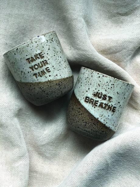 Os copos da coleção Recadinhos, de Renata Curado