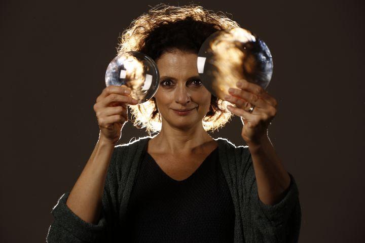 Denise Fraga segurando duas lentes