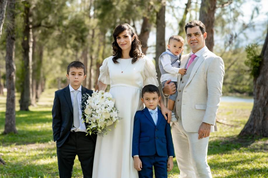 Os noivos com os três filhos. A cerimônia religiosa reuniu matrimônio, batizado e primeira comunhão
