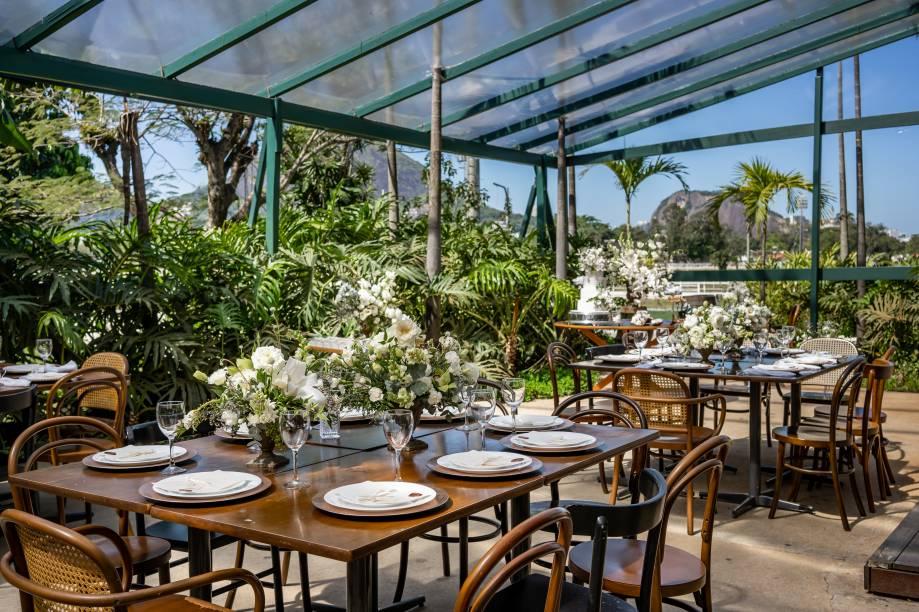 Foram montadas apenas três mesas para os convidados, com uma decoração que privilegiou flores brancas e verdes, assinada pela noiva e pela decoradora Luciana Marquez