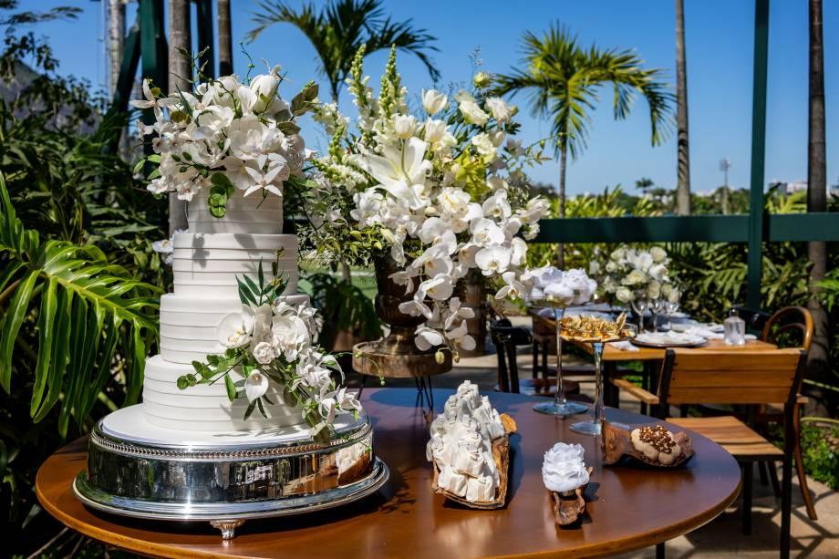 Os ícones do casamento estavam presentes, como o bolo assinado por Antonio Maciel