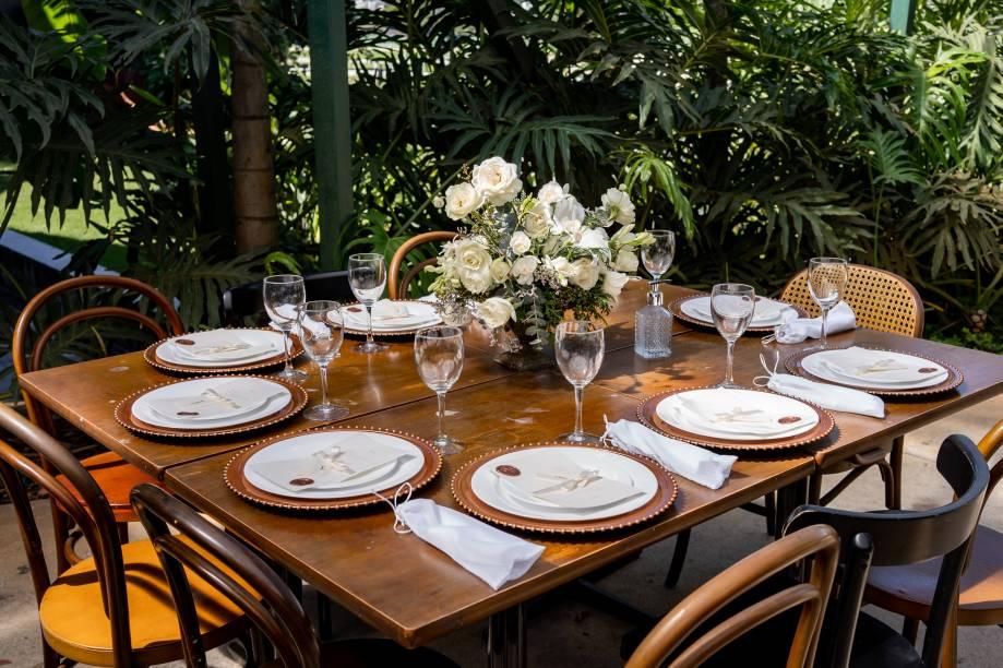 Sobre as mesas, um frasco charmoso de álcool em gel. Cada convidado também ganhou na igreja um frasquinho preparado pela noiva