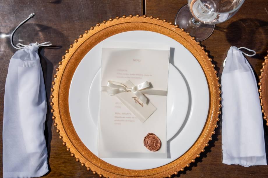 Detalhes do menu feito pela noiva, que criou e imprimiu tudo em casa, e dos talheres em saquinhos de tecido para respeitar protocolos de higiene