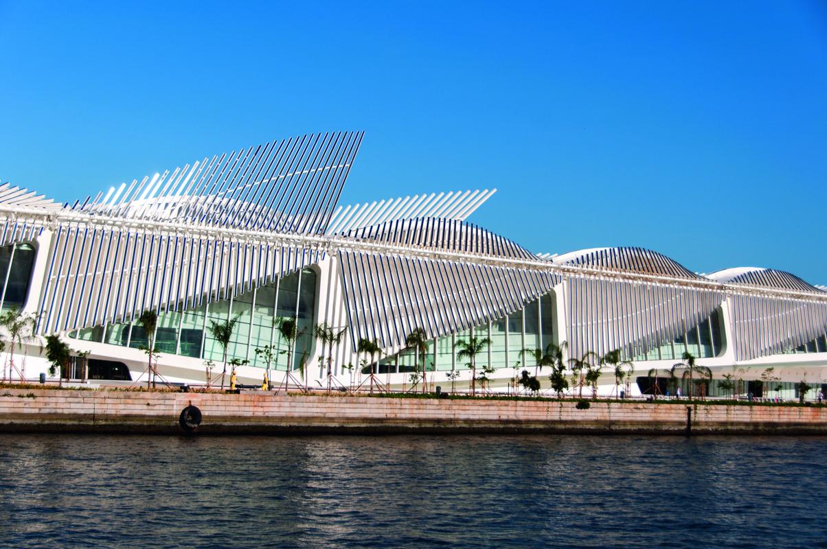 museu do amanhã de lado, com a baía de guanabara em primeiro plano