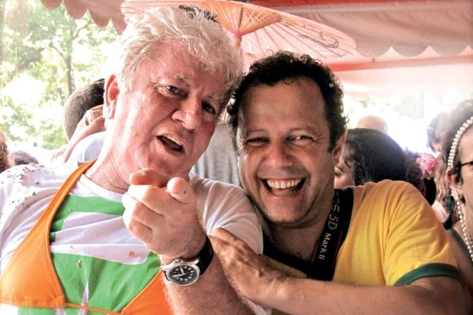Cafi e Vik Muniz no desfile do bloco me beija que eu sou cineasta