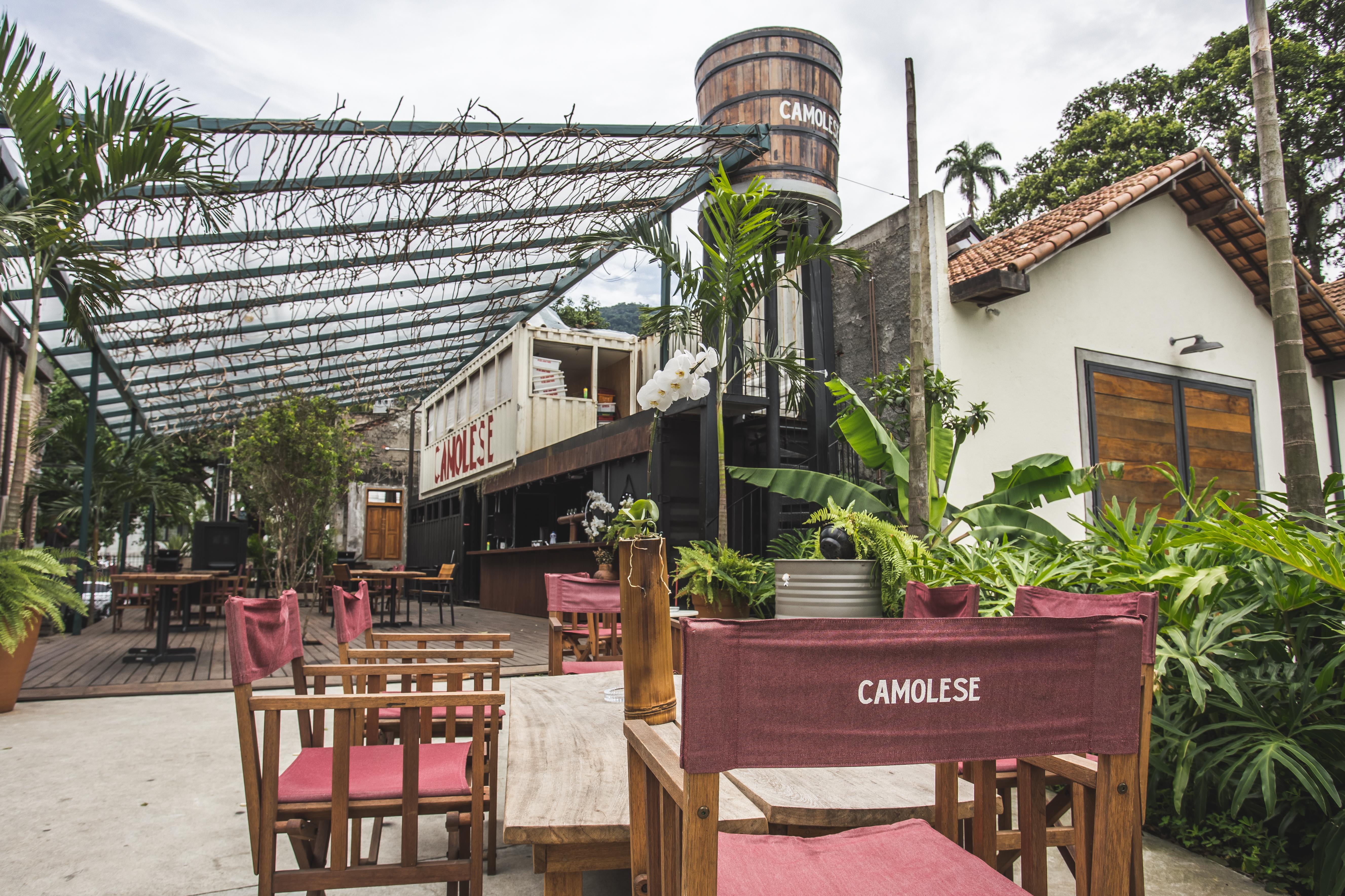 Varanda da Casa Camolese, no Jockey, com mesas e cadeiras