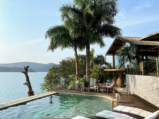 Mar e piscina na Casa de Vidro.