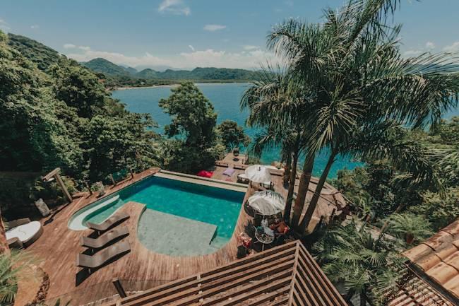melhores casa do Airbnb RJ: vista da casa com piscina, em Paraty