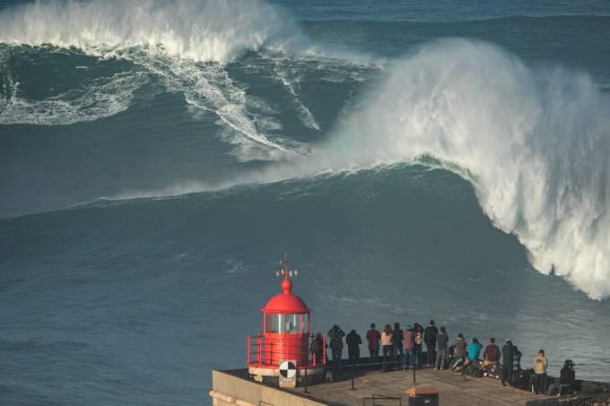 Milhares de pessoas acorreram a Praia do Norte, na Nazaré para ver os surfistas a apanhar as já famosas ondas gigantes.Nazaré, 29 de Outubro 2020ANDRÉ DIAS NOBRE/OBSERVADOR