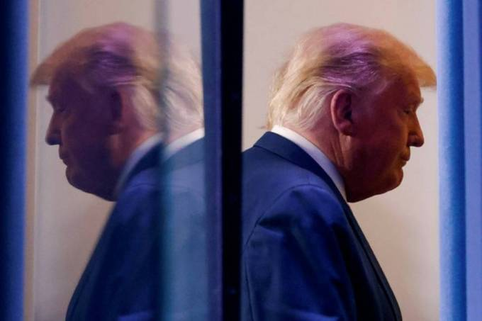 x90378590_US-President-Donald-Trump-is-reflected-as-he-departs-after-speaking-about-the-2020-US-p.jpg.pagespeed.ic.xWHY2KZD3k