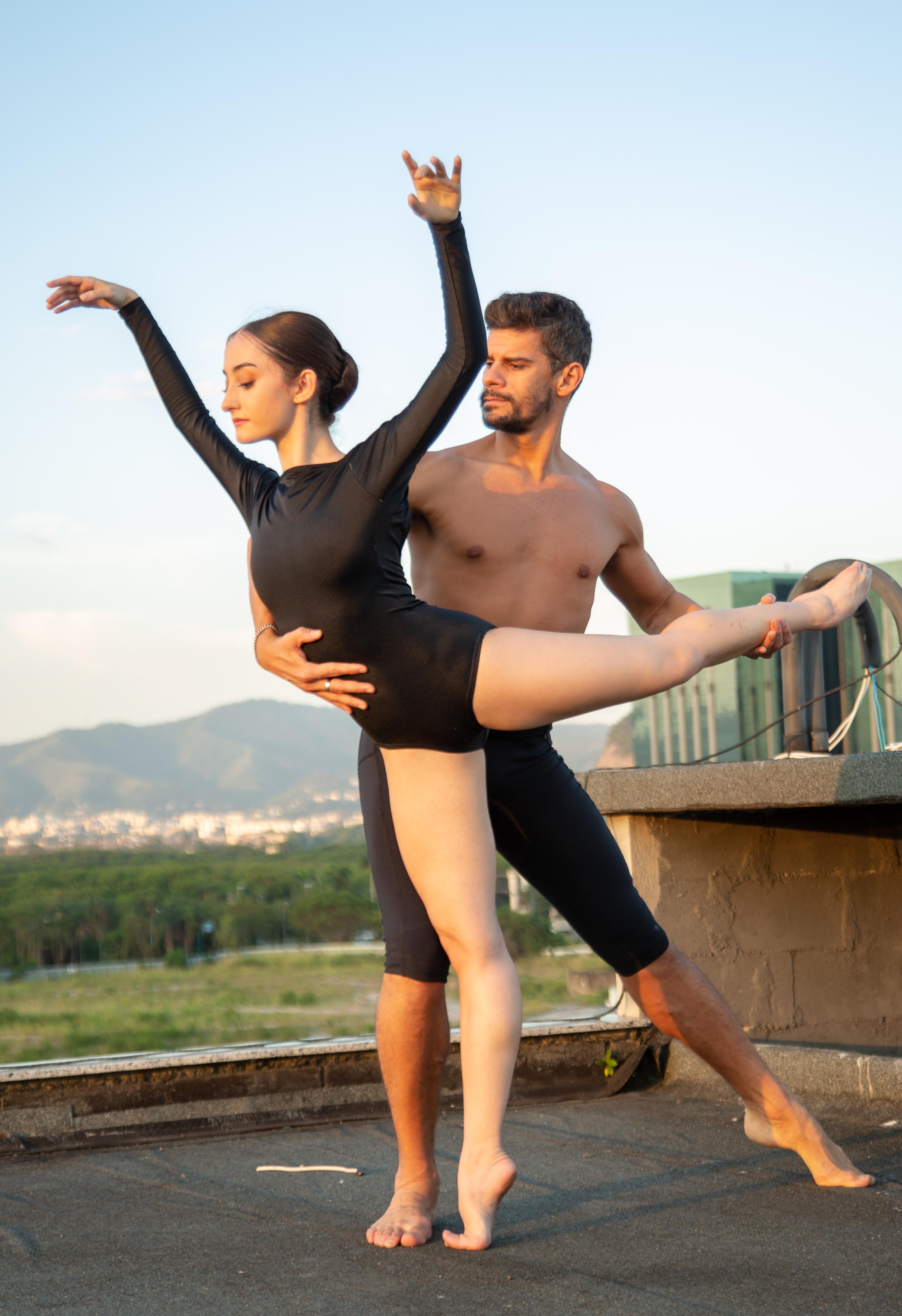 Bailarino Thiago Soares segura a bailarina Ana Letícia Godoy num espaço ao ar livre
