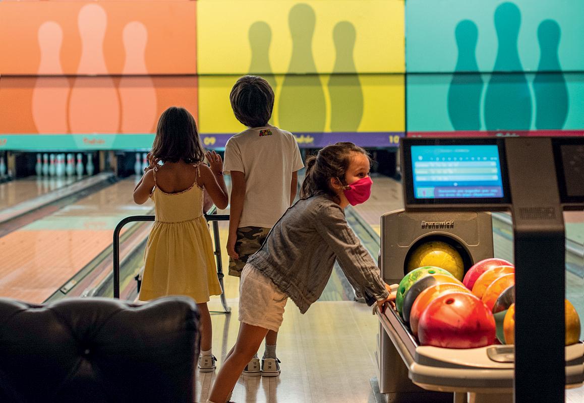 Três crianças numa das pistas do Boliche Social Club