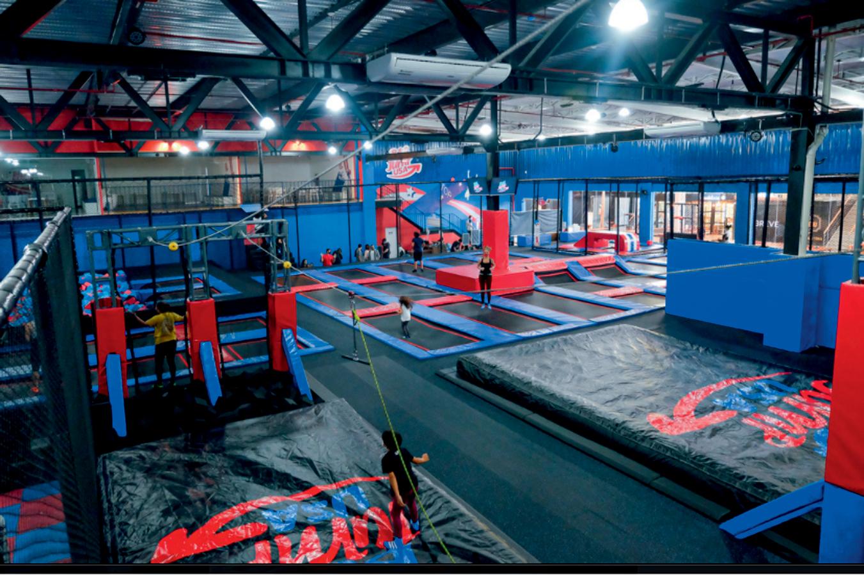 galpão mostra vários pula-pulas e paredes revestidas de espuma vermelha e azul