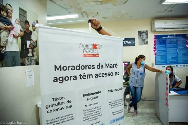Cartaz com informações para os moradores da favela da Maré