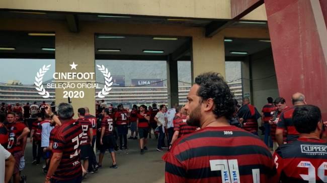 Torcedores do Flamengo em frente a um estádio de futebol