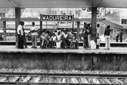 Pessoas esperando o trem em Madureira