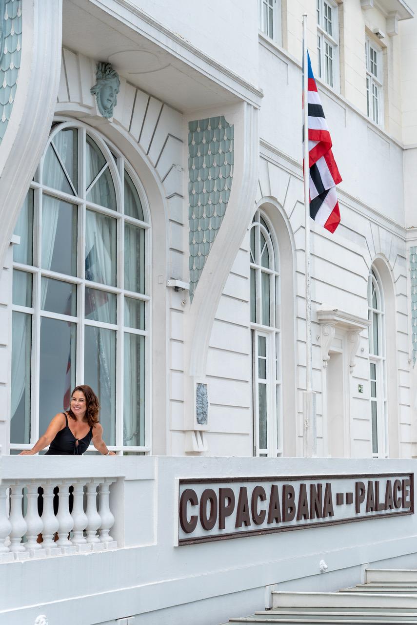 Renata Araujo na varanda do hotel Copacabana Palace