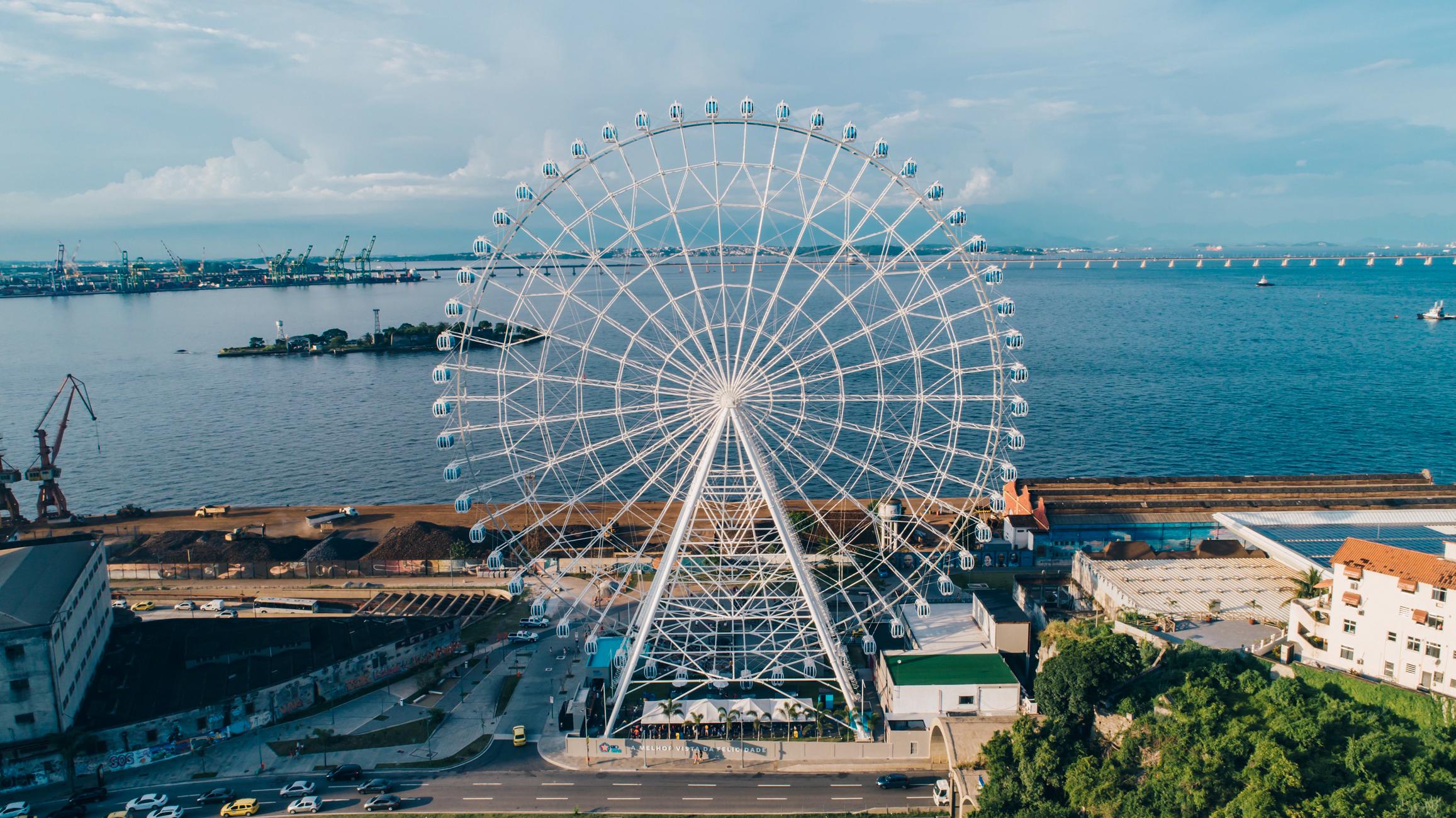 Roda Gigante na Zona Portuária do Rio, com a baía de Guabanara ao fundo