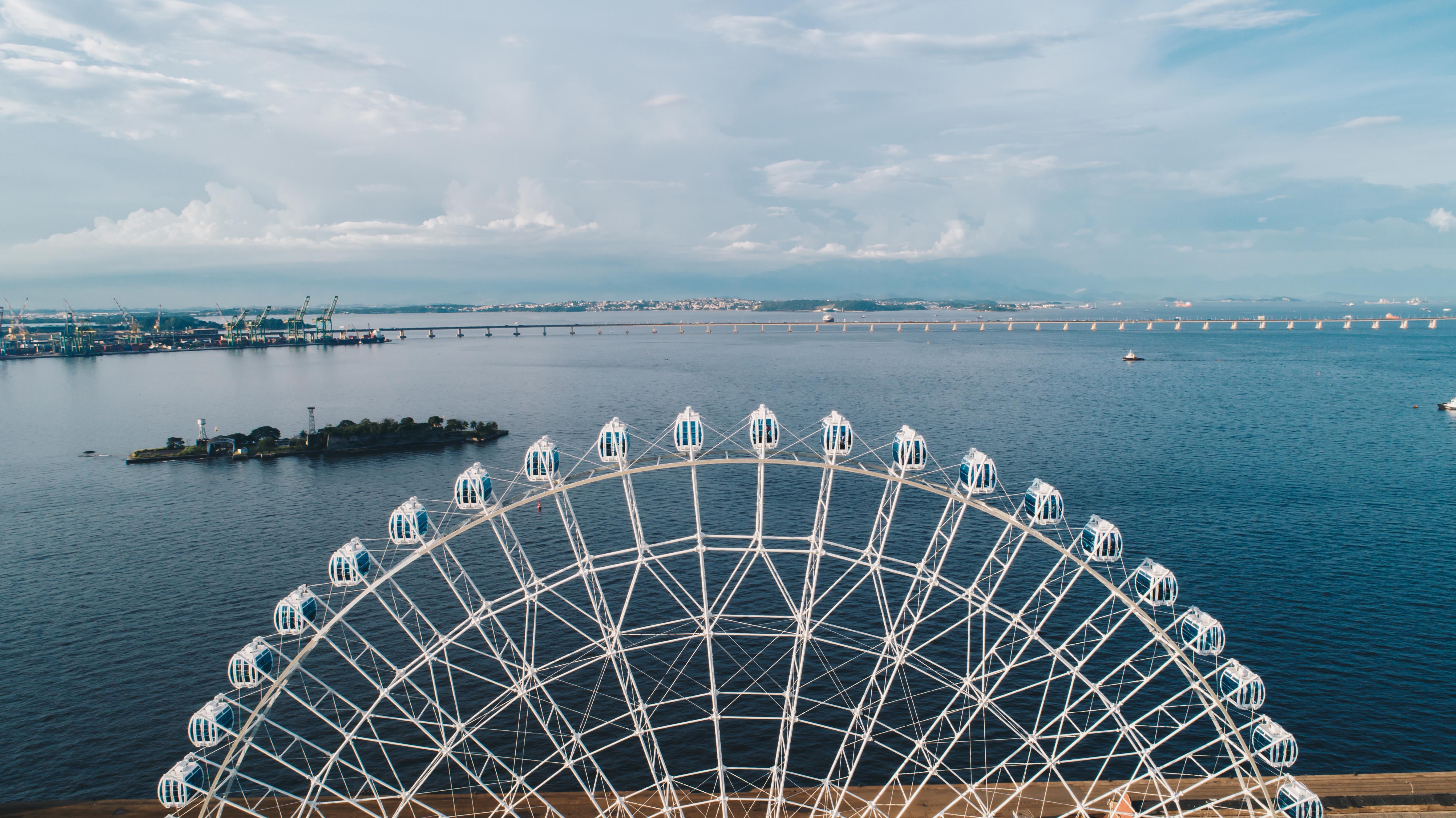 Parte de cima da roda gigante com a baía de guanabara ao fundo