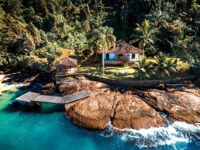 Onde ficar na Ilha do Araújo: a casa com deck para o mar é garantia de isolamento no paraíso