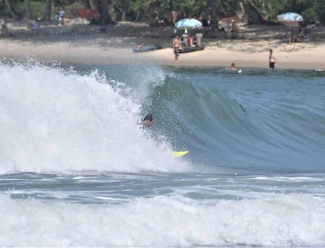 E o surfe no canto esquerda da Praia do Felix: boas formações