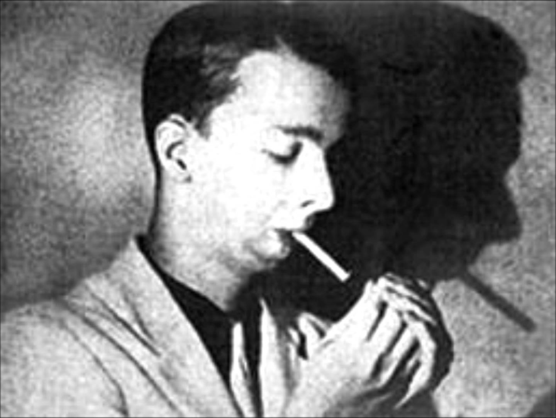 Noel Rosa de perfil, acendendo um cigarro. Foto em preto e branco