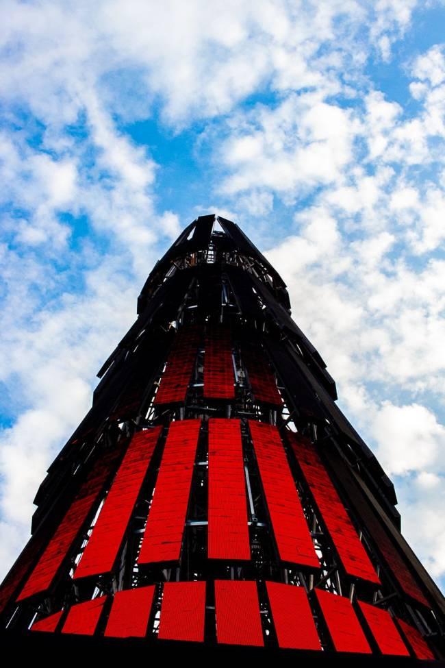 Árvore cheia de luzes preto e vermelha, muito alta, na Praça Mauá