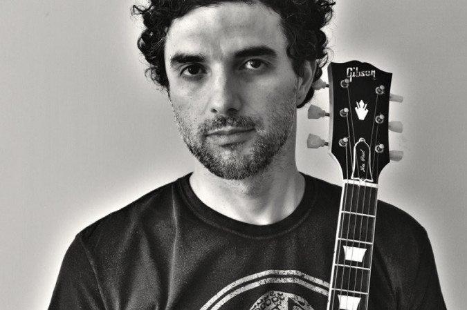 Davi Moraes segurando um violão