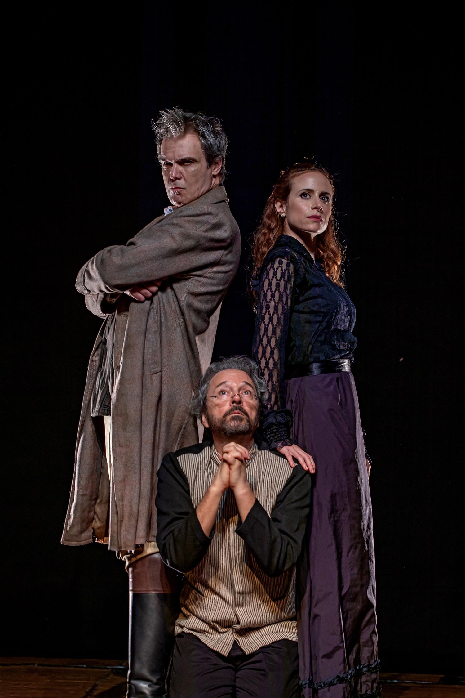 três atores em cena