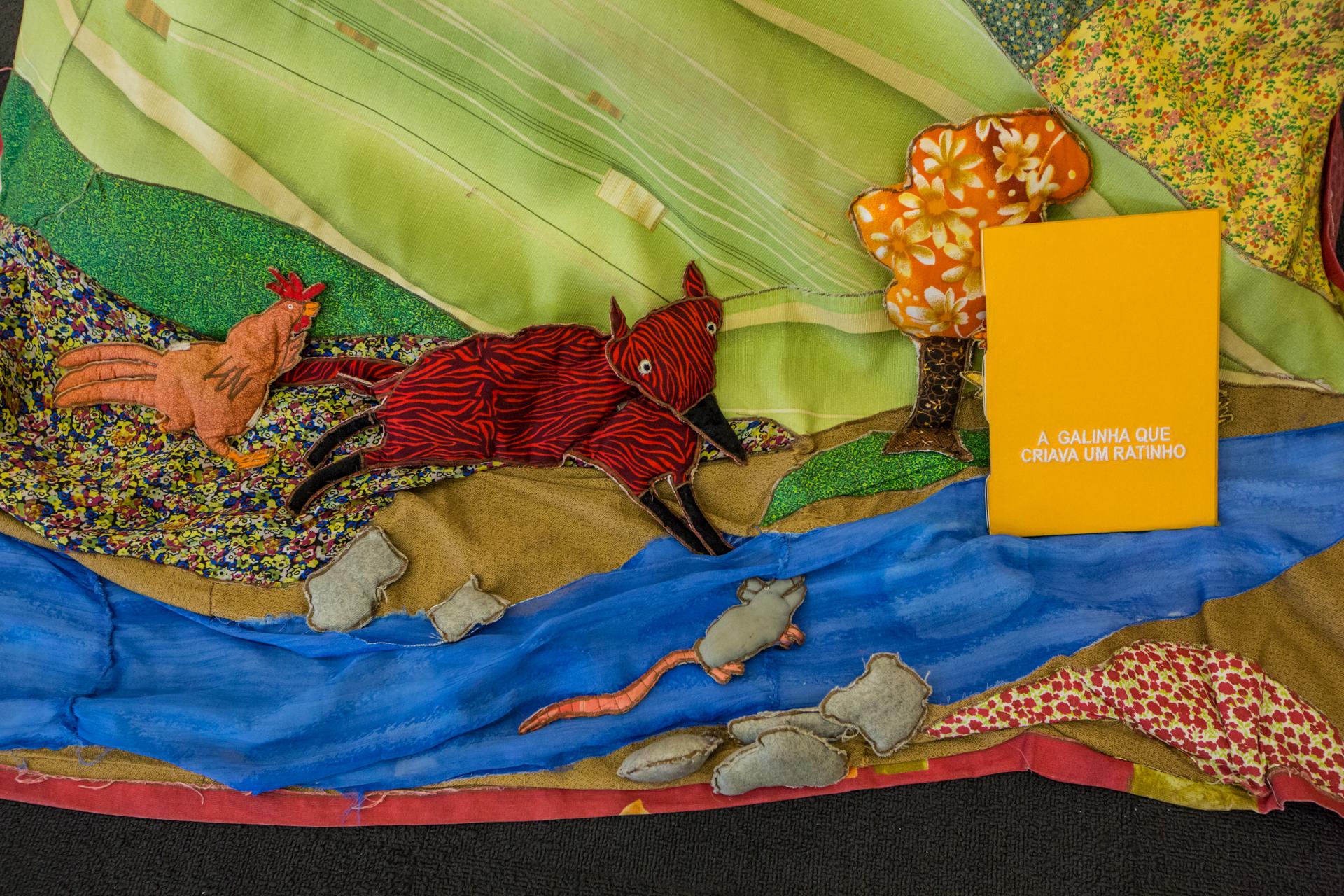 Livro de pano colorido com raposa bordada