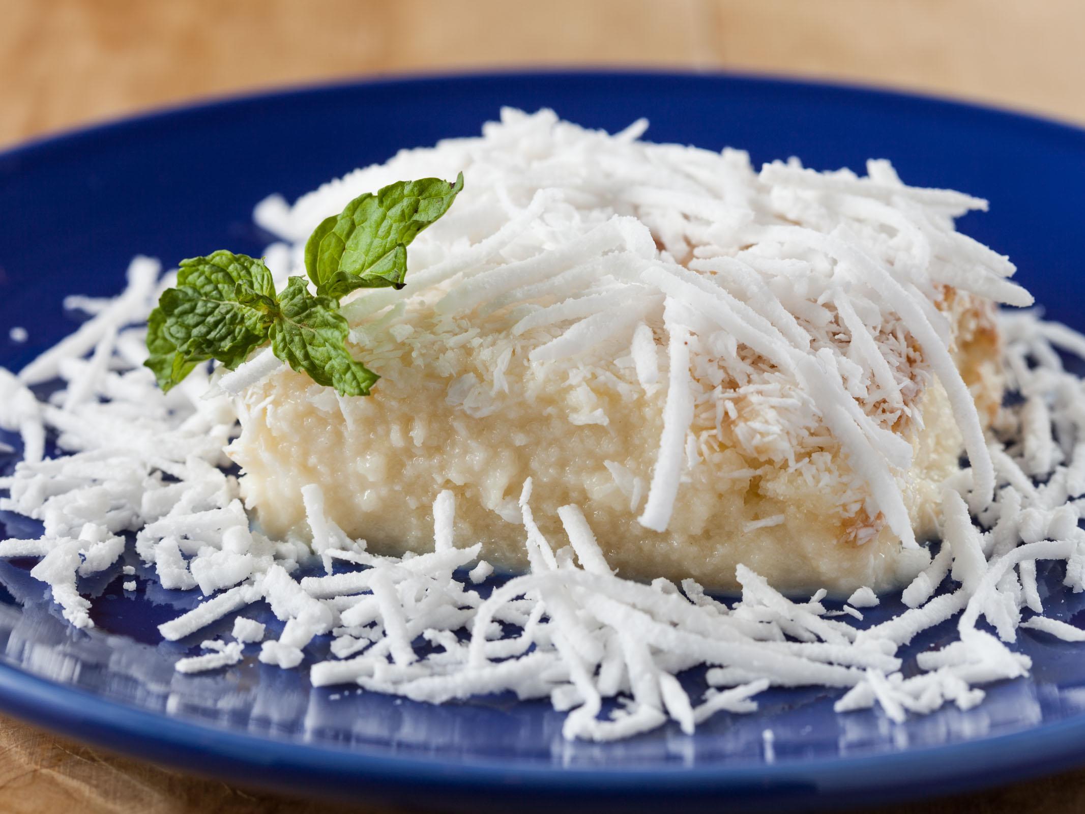 A imagem mostra um bolo gelado de coco