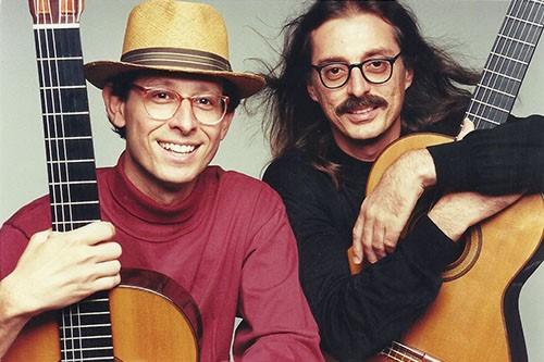 Fred Schneiter (à direita), Barbieri (à esquerda) com instrumentos musicais