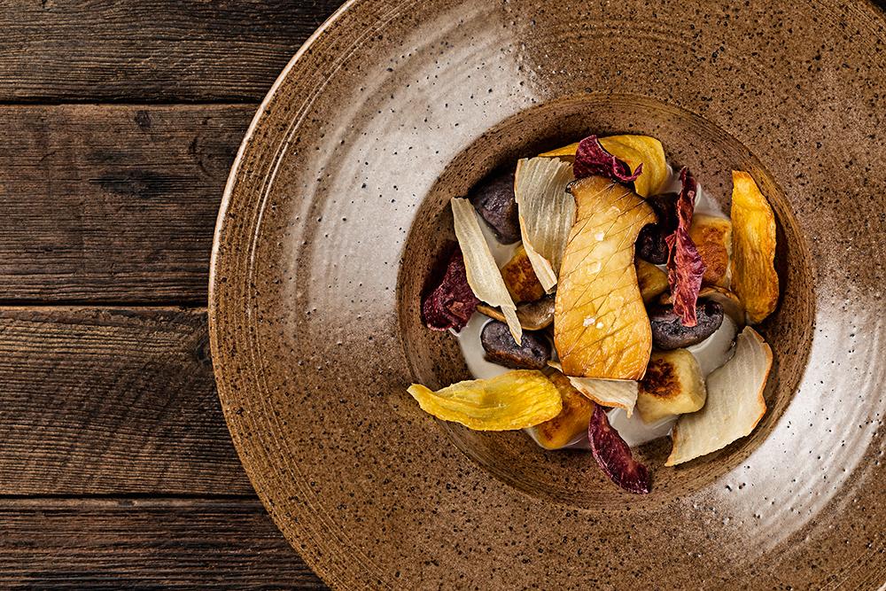 A imagem mostra um prato de nhoque de raízes