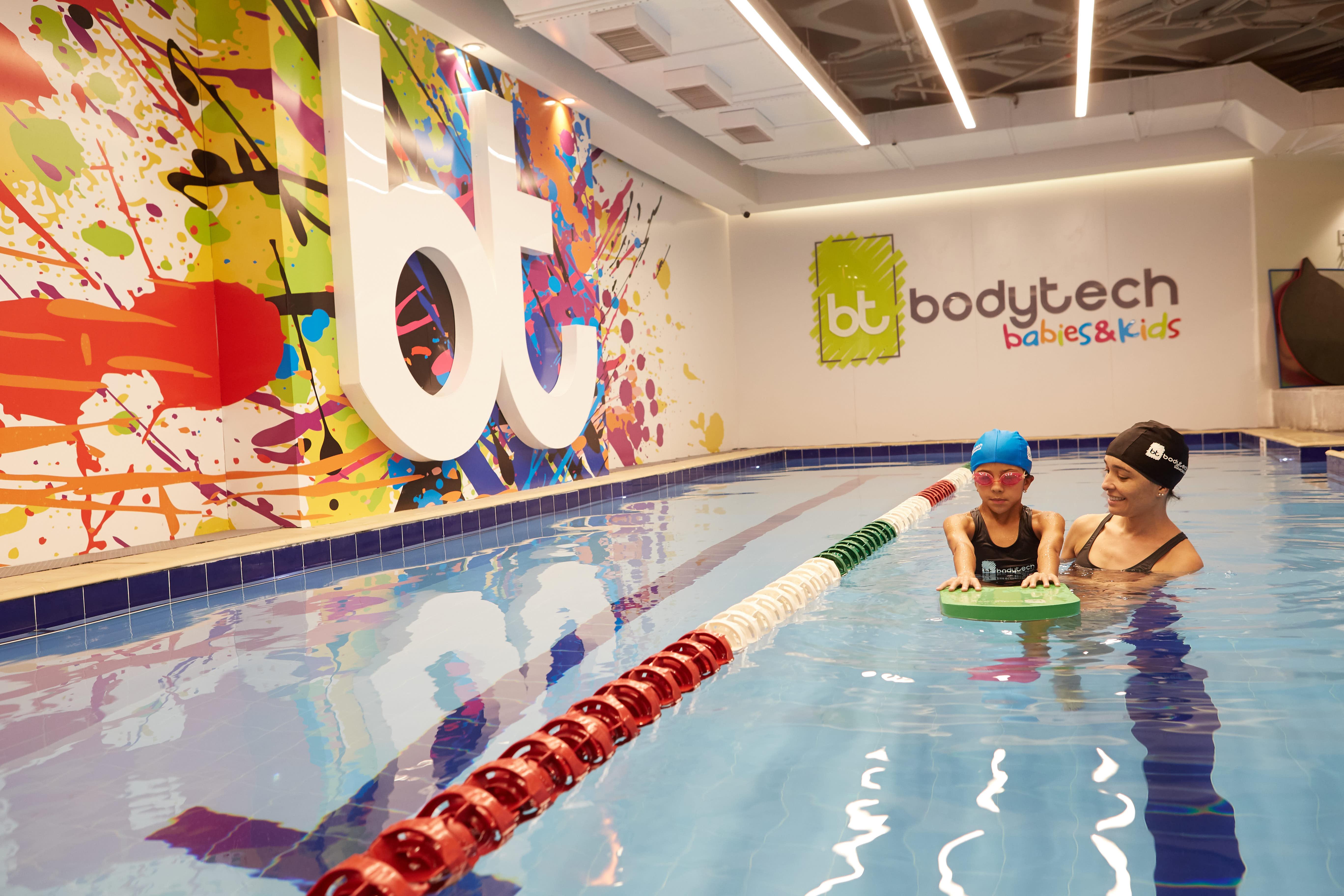 Professora e aluna na piscina da academia Bodytech