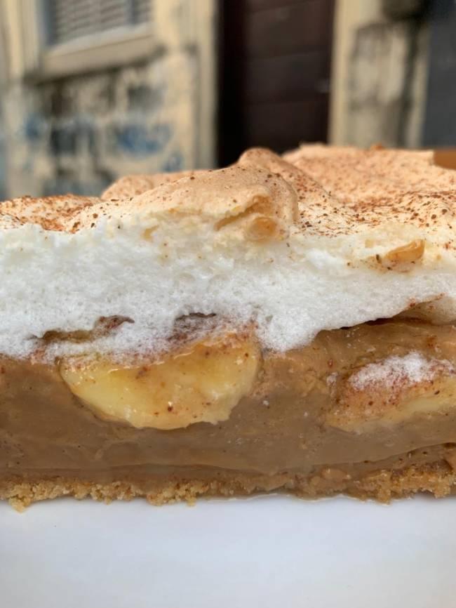 torta de banana em fatia com chantili