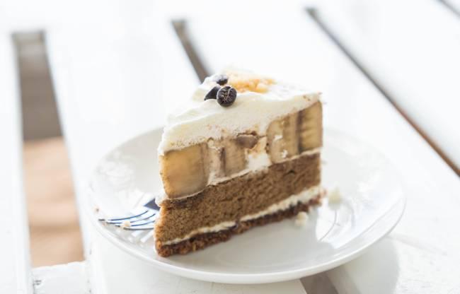 A imagem mostra torta de bananas com creme e caramelo