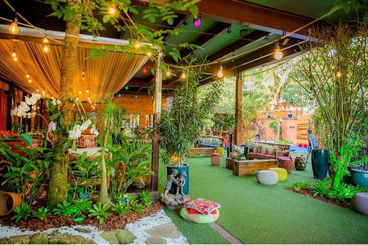Casa de festas decorada com muitas plantas