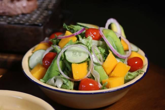 salada com avocado e manga