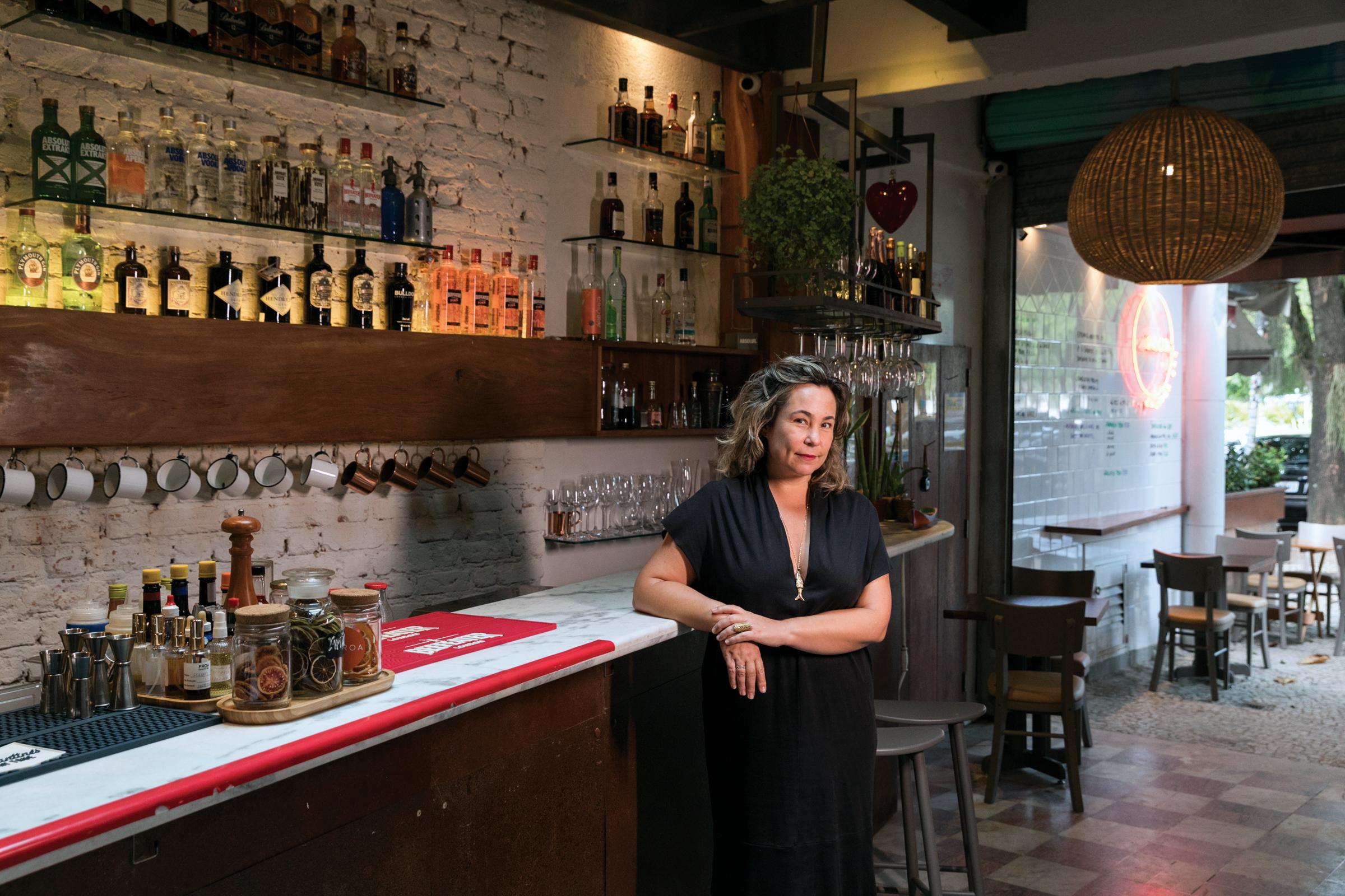 Chef Joana Carvalho em frente ao balcão do bar