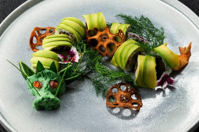 a imagem mostra um dragão comestível construído com abacate
