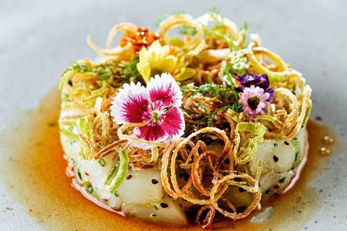 Kitchen – Tartar de peixe branco com mix de ovas, dashi e palha de alho poró – Foto Landau.jpg