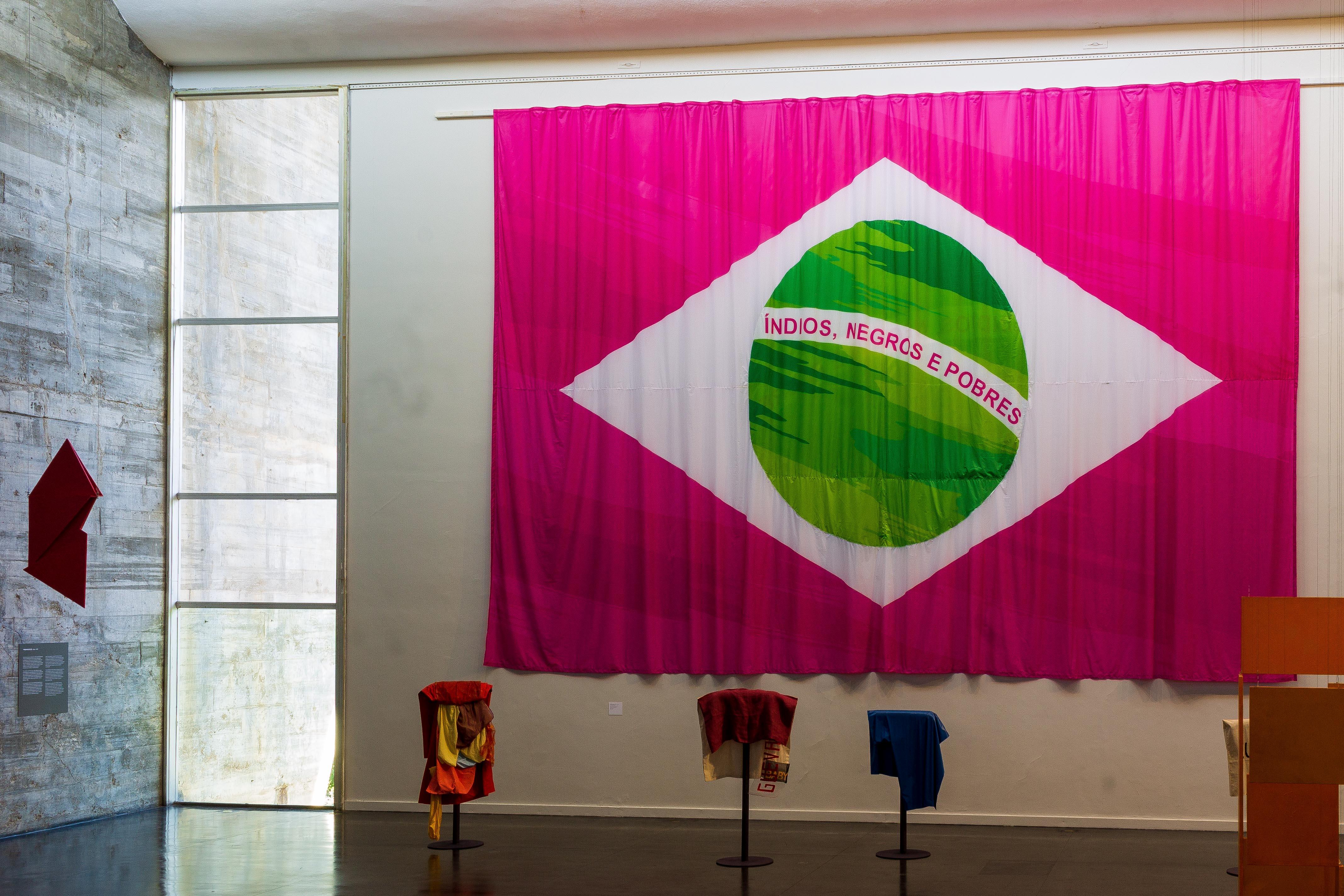 Bandeira brasileira, obra de Leandro Vieira, instalada no MAM Rio em meio à exposição Hélio Oiticica: a dança na minha experiência. |