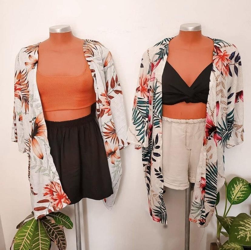 A imagem mostra dois kimonos estampados