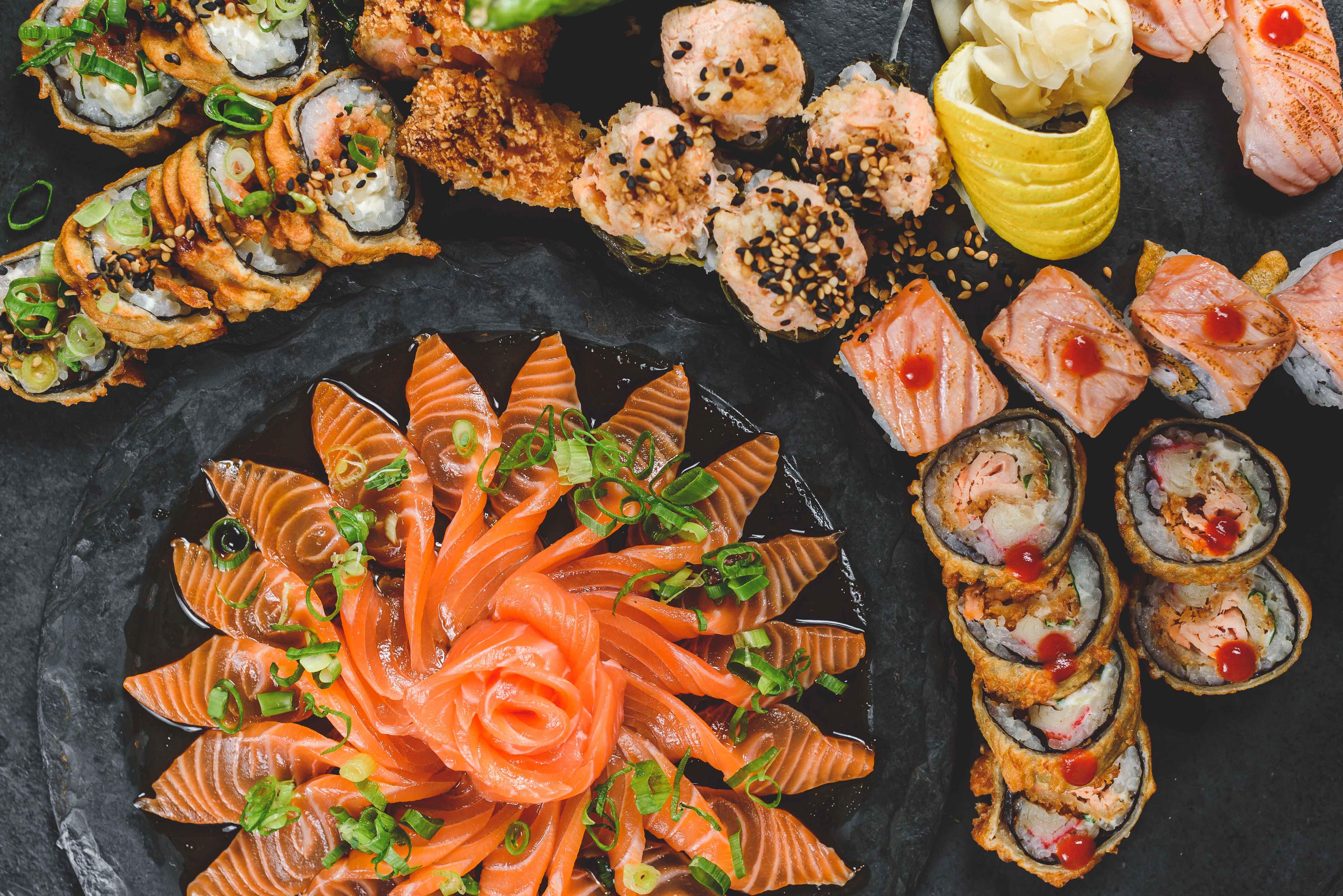 A imagem mostra um farto combo de comida japonesa