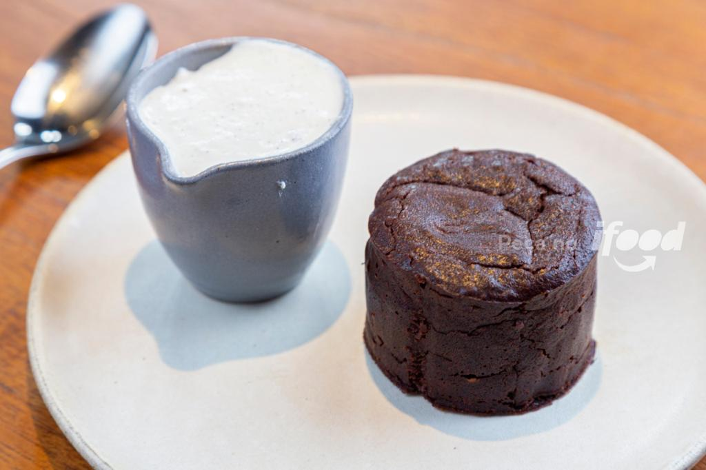 a imagem mostra um bolo de chocolate sem glúten